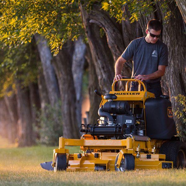 טרקטורון דשא לכיסוח בעמידה של דשא - HUSTLER SUPER S