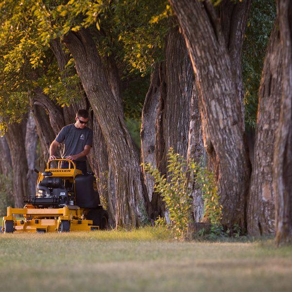 טרקטורוני כיסוח דשא בעמידה - HUSTLER SUPER S