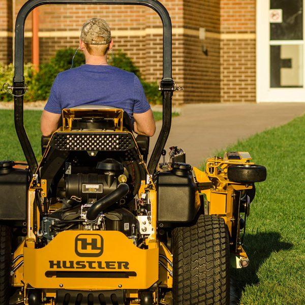 טרקטורון כיסוח דשא רחב תעשייתי - Hustler SUPER 104