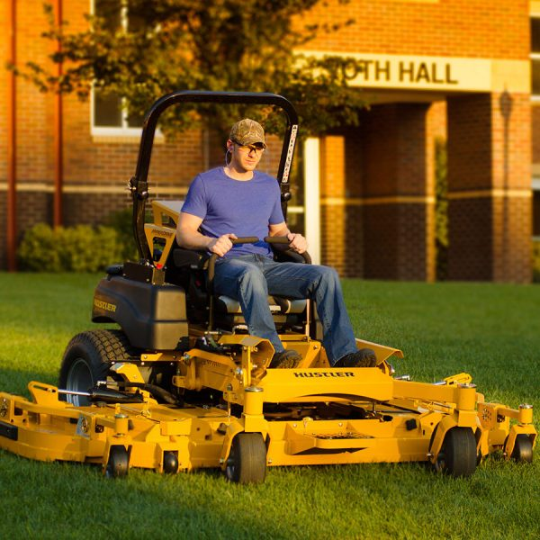 טרקטורון כיסוח דשא גדול לתעשייה - דגם Hustler SUPER 104