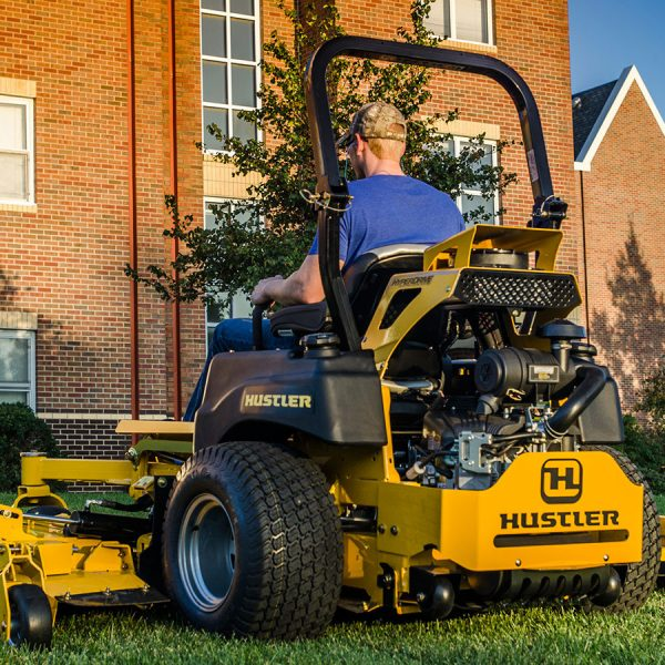 טרקטורוני כיסוח דשא גדולים של חברת האסטלר - Hustler SUPER 104