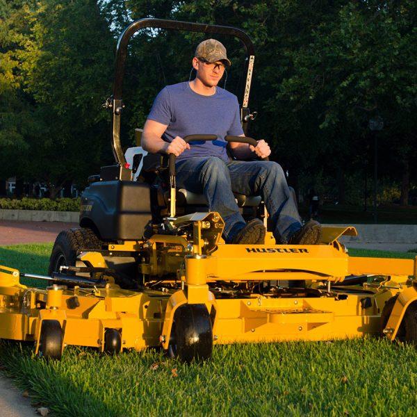 טרקטור מכסחת דשא תעשייתי - Hustler SUPER 104