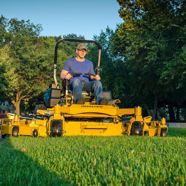 טרקטורון דשא לכיסוח תעשייתי - דגם Hustler SUPER 104