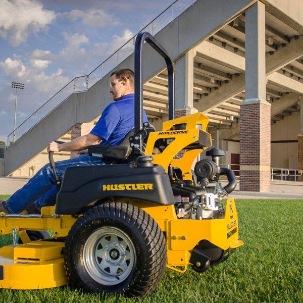 טרקטורון כיסוח דשא תעשייתי דגם SUPER Z HYPERDRIVE של חברת האסלר